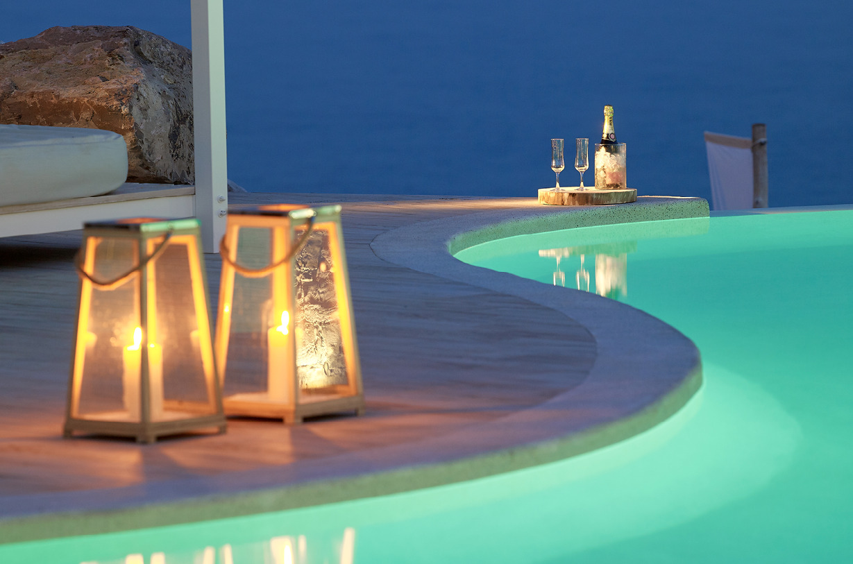 Swimming_pool_night_magic_romantic_atmoshpere_sunbeds_Artemis_Deluxe_Rooms_Milos_island_Greece_Cyclades